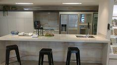 LOES Atelier Portinari. Produto Duomo Opala 60x120cm. Cozinha, kitchen, cocina, bancada de porcelanato, mármore.