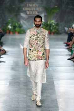 Rahul Mishra ICW 2018 Wedding Outfits For Every Family Member is part of Wedding dress men Rahul Mishra ICW 2018 collection was one of the best shows in couture week Check out gorgeous bridal leh - Mens Indian Wear, Mens Ethnic Wear, Indian Groom Wear, Indian Men Fashion, Men's Fashion, Mens Fashion Suits, Groom Fashion, Fashion Weeks, Fashion Outfits