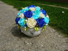modrá dekorácia zo saténových stúh