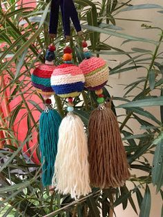 Pascuala Deco: Alegria y Color Bohemian Christmas, Finding A Hobby, Tassel Keychain, Crochet Poncho, Crochet Home, Plant Hanger, Tassels, Diy And Crafts, Ornament