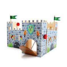 Ce joli château fort en bois peint est très pratique avec sa poignée, on peut l'emmener partout chez les copains, ou les grands-parents...