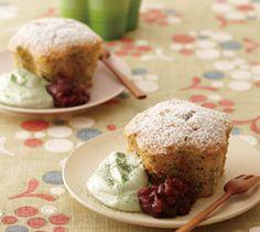 【ほうじ茶と黒ごまのケーキ】ほうじ茶と黒ごまがほんのりと香るスポンジに抹茶クリームとあずきのやさしい甘み。上品な大人のデザートです。  http://lecreuset.jp/community/recipe/tea_sesame_cake/
