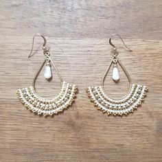 Gold Gold-plated earrings filled 14 carats adorned with a weave of white and gold Japanese glass beads in fine gold and a drop of Natural Mother-of-pearl. Seed Bead Earrings, Beaded Earrings, Drop Earrings, Pearl Earrings, Jewelry Crafts, Handmade Jewelry, 14 Carat, Beach Jewelry, Feet Jewelry