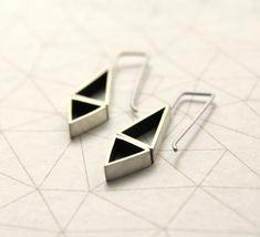 ▲Aros triángulos opuestos y colgantes, realizados en plata 925  Estos aros forman parte de la colección oda al triángulo. Perfecto para completar ese