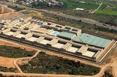 El Gobierno Catalán está manteniendo dos cárceles vacías pagando 1,5 millones de euros mensuales por cada una.  La primera de ellas, la de Monte de las Basses, en Figueras; se terminó de construir en 2008. La segunda de ellas,  Mas d'Enric de El Catllar, tiene planificada su apertura para 2015. CATALUÑA