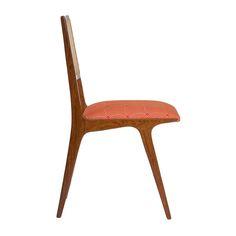 Cadeira de jantar Anos 50 em madeira, cumarú com a cor natural, com um ótimo conforto para você receber amigos e parentes em sua casa!    DIMENSÕES ALTURA 89CM LARGURA 41CM PROFUNDIDADE 44CM.