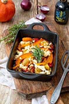 Ofenkürbis mit Feta Rezept - Herbstlicher Ofenkürbis mit Kartoffeln, Gemüse und Feta. Der Ofenkürbis mit Feta ist perfekt für die Feierabendküche, da er einfach und schnell gemacht ist. // roast pumpkin with feta cheese recipe - roast pumpkin with potatoes, vegetables and feta cheese, quick and easy to make. // Sweets & Lifestyle® #ofenkürbis #feta #vegetarisch #rezept #wienerwürze #roastpumpkin #recipe #vegetarianrecipes #sweetsandlifestyle
