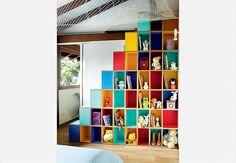 O móvel desenhado pelo designer Lula Gouveia, do Superlimão, criou uma divertida área para três crianças brincarem. Brinquedos e livros ficam nos casulos e, na outra ponta, os nichos assumem o papel de escada. Eles dão acesso a uma rede, com sistema de segurança, onde as crianças adoram brincar