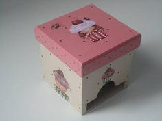 porta chá  em mdf  com decoupagem de cupcake, um doce. pode ser usado também como porta suco ou porta açucar sachê. R$ 35,00