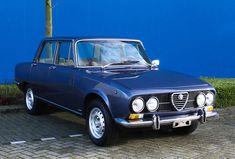 Deze zeer fraaie Alfa Romeo Berlina 2000 in de werkelijk schitterende kleur Blu Pervinca Metallizzato. Deze Berlina is afkomstig uit Pesaro, een stad in de regio Marche in Italië en is persoonlijk door ons geselecteerd. Deze Berlina verkeert in originele staat, heeft een net interieur en motorisch zorgt voor een heerlijke rijders auto! De hoogwaardige kwaliteit is duidelijk zichtbaar in zeldzame details zoals een dashboard zonder barsten, het stuurwiel, de klokken met de controlelampjes en…
