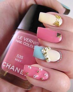 Uñas decoradas base pastel y detalles metálicos o de perlitas