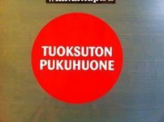 Lohjan uimahallisssa kesätauon jälkeen oli ilmestynyt TUOKSUTON PUKUHUONE-tarra. Myös suihkutilan homeiset kattolaudat oli vaihdettu ja tuoksu raikkaampi.