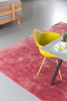 Het rode Aurelia Corallo vloerkleed Van Perletta is een vlak geweven structuur. #vloerkleed #rugs #carpet #interior #livingroom #colorful