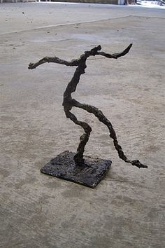 Use Your Coloured Pencils: Giacometti Inspired Sculptures Good ideas for a lesson. Discuses how to a bit in the comment section. No lesson plan. But worth a read Sculpture Projects, Sculpture Art, Art Projects, Wire Sculptures, Sculpture Ideas, School Projects, Project Ideas, Art Lessons For Kids, Art For Kids