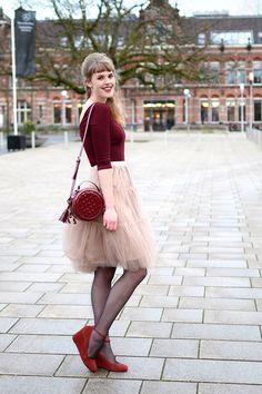 Rebellious yet Romantic retro fashion blog - Outfit streetstyle tule skirt Chicwish - round bag peplum top bershka - wedges taupage