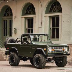 Ford Bronco Classic Bronco, Classic Ford Broncos, Classic Chevy Trucks, Chevy Classic, Bronco Truck, Ford Bronco Ii, Pretty Cars, Cute Cars, 4x4 Trucks