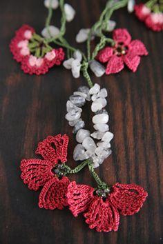 Crochet Boarders, Crochet Patterns, Crochet Accessories, Handmade Accessories, Bead Crochet, Crochet Earrings, Crochet Ornaments, Fabric Jewelry, Diy Necklace