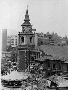 """Iglesia San Francisco de Santiago y los Juegos """"Diana"""", fundados en 1934. Notese lo diferente de la fachada del convento, actual Museo Colonial San Francisco. Santiago, Ca. 1969."""