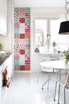 Adesivos de parede na cozinha. São fáceis de aplicar e dão aquele colorido.