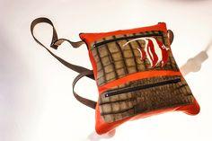 Bolso modelo Pluma con tira ajustable y bolsillos delanteros. Podrás elegir los colores y los motivos de decoración.