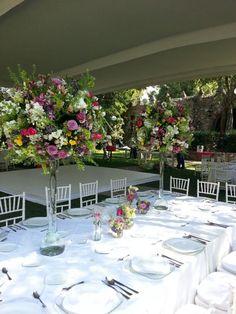 Arreglo para mesa imperial con yardas y floreros de diferentes alturas