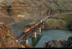 RailPictures.Net Photo: BNSF Railway GE C44-9W (Dash 9-44CW) at Sherar's Bridge, Oregon by Indecline Bnsf Railway, Southern Railways, Burlington Northern, Railroad Photography, Train Tracks, Train Station, Model Trains, Locomotive, Oregon