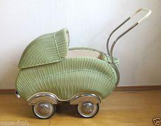 alter-Puppenwagen-von-Hecker-Korbwagen-50er-Jahre
