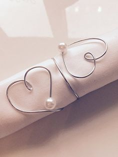 6 pieces handmade napkin rings made of wire with heart, perfect for wedding, . Wire Crafts, Diy And Crafts, Wedding Blog, Diy Wedding, Wedding Plaques, Napkin Folding, Wedding Napkins, Wire Art, Napkin Rings