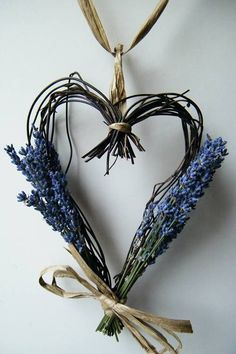 How to make a dried lavender heart wreath Part now the wreath is complete, it's time to add the dried flowers of lavender. Lavender Wands, Lavender Crafts, Dried Lavender Flowers, Lavender Wreath, Lavender Cottage, Dried Flower Wreaths, Heart Wreath, Arte Floral, Flower Crafts