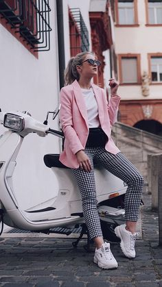 Der neue Schuhtrend Ugly Sneaker 90 s Trend Ugly Sneaker Fila x Vichy Hose x Pink is the new black cityhopperlook vespa Sneaker Outfits Women, Sneakers Fashion Outfits, Mode Outfits, Stylish Outfits, Fashion Sandals, Fila Outfit, Outfit Chic, Pink Shoes Outfit, Sneakers Outfit Casual