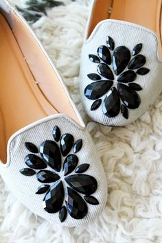 DIY Shoe Makeovers - Embellished Loafers - Cool Ways to Update, Decorate, Paint, Bedazle and Add Spa Shoe Refashion, Diy Clothes Refashion, Diy Clothing, Shirt Makeover, Sparkly Wedding Shoes, Diy Sac, Shoes Stand, Shoe Crafts, Do It Yourself Fashion