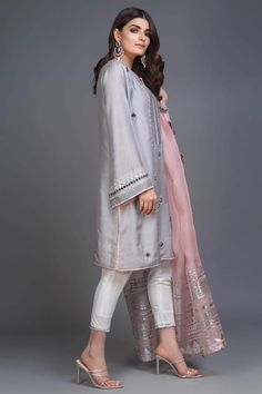 Pakistani Formal Dresses, Pakistani Fashion Casual, Pakistani Dress Design, Pakistani Suits, Punjabi Suits, Fancy Dress Design, Stylish Dress Designs, Designs For Dresses, Mode Bollywood