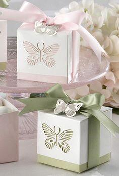 FAVOR BOX. Des boîtes cadeaux papillons pour les invités.