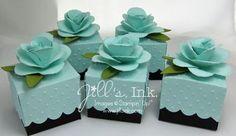 Kleine Schachteln mit Wellenkante in schöner Farbkombi (Aquamarin, Olivgrün, Schwarz). Top-Blume als Embellishment
