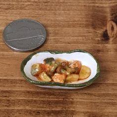 鮭・じゃがいも・しめじのバター醤油炒め #鮭 #じゃがいも #しめじ #バター醤油 #salmon #potato #mushroom #shimeji #buttersoysauce #handmade #claywork #miniature #miniaturefood #fakefood