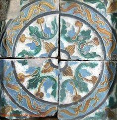 Azulejos de Portugal - Azulejos Hispano-Árabes dos Séculos XVI -- XVIII, pela técnica de aresta com decoração geométrica ou floral.