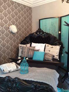 Accentmuur met behang met grote print en blauwe accentkleur.