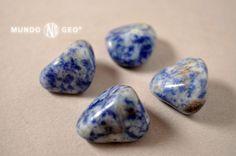 La FOYAITA pertenece a la familia de la sienita nefelínicas. Es también conocida por el nombre de azul Bahía, se caracteriza por tener sodalita, que le otorga ese veteado azul. También se la denomina cuarzo sodalitico, la cual es totalmente errónea, pues en su composición no tiene cuarzo.