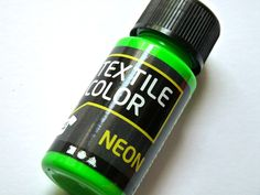 Neon ist im Trend, verschönere deine Textilien mit Stoffmalfarbe in angesagten Neontönen     1 Flasche 50 ml neongrün  Die Farbe eignet sich für al...