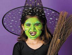 Trucco da strega per Halloween con volto verde e dente marcio