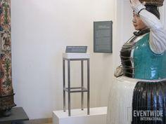 Der weiße Eventwide Barhocker hat sich ins Museum eingeschlichen und sich dort selbst in Szene gesetzt! #EventwideWien Museum, Bar Stool, Scene, Travel, Museums