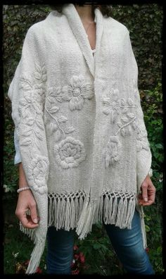 Manta Rosas natural bordada en tonos naturales - Tax Tutorial and Ideas Embroidery Scarf, Embroidery On Clothes, Embroidered Clothes, Embroidery Fashion, Embroidery Stitches, Hand Embroidery, Embroidery Designs, Knitting Patterns, Embroidery Patterns