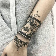 200 Photos of Female Tattoos on the Arm to Get Inspired - Photos and Tattoos - Flower Tattoo Designs - Handgelenk Tattoo Ideen arrangierung von blumen und armband - Cute Tattoos, Beautiful Tattoos, Flower Tattoos, Black Tattoos, Body Art Tattoos, New Tattoos, Crown Tattoos, Star Tattoos, Awesome Tattoos