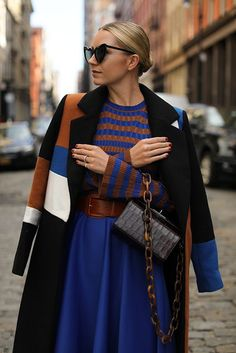 THE COLORS OF FALL // ESSIE FALL 2018 Blair Eadie at Atlancic-Pacific: bright cobalt blue plissed midi skirt, striped cognac cable knit sweater, colour-block white and black coat, leather bag Winter Skirt Outfit, Winter Dresses, Winter Outfits, Casual Dress Outfits, Fashion Outfits, Women's Fashion, Atlantic Pacific, Pacific Blue, Brown Outfit