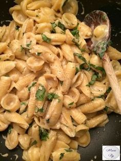 Garlic and Parmesan Pasta - the recipe by clicking on the photo - Cuisine - Vegetarian Recipes Veggie Recipes, Pasta Recipes, Vegetarian Recipes, Cooking Recipes, Healthy Recipes, Recipe Pasta, Pasta Thermomix, Garlic Parmesan Pasta, Vegetarian Italian