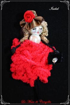 Muñeca broche  Muñecas Boches totalmente pintados y hechos a mano en su totalidad  Materiales lanas, fornituras, telas de raso y terciopelo, cola de ratón.  Son totalmente exclusivos y todos los modelos realizados son diferentes diferentes.  Se hacen pedidos por encargo, bodas y eventos especiales y envios para toda España.   Solo envío por correo certificado  Isabel tel y whatsapp: 634 283 660   E-mail. canyellabulevar@hotmail.com  www.lamusadecanyella1.blogspot.com