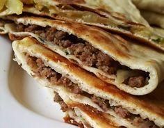 Heerlijke gözleme gemaakt met deels aardappelvulling, deels gehakt en een paar met kaas. Ze smaken echt goed!!
