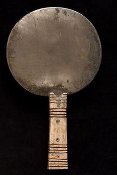 Miroir -  Moyen Empire, 2033 - 1710 avant J.-C. -  bronze et os Miroir  | Site officiel du musée du Louvre