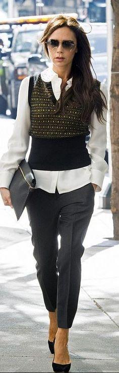camisa branca,, calça de alfaiataria cinza e colete: opção para o look de trabalho neste look de Victoria Beckham