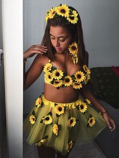 Traje de girassol para o carnaval - Puppen - Ghost Costumes, Group Halloween Costumes, Halloween Outfits, Popular Costumes, Costumes For Women, Flower Costume, Halloween Inspo, Halloween Tumblr, Fantasias Halloween